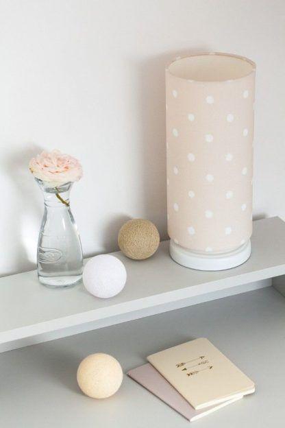 Lampa z beżowym abażurem w kropki na biurku
