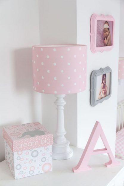 Lampa z białą podstawą i różowym abażurem