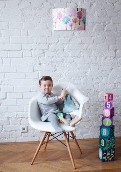 Lampa z białym abażurem w kolorowe drzewa pokój dziecięcy