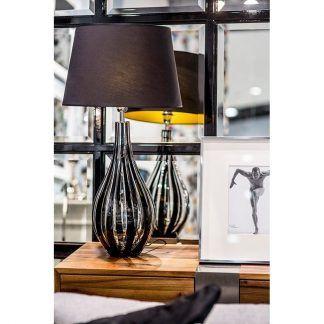 lampa z czarnym abażurem do drewnianego stolika przy oknie