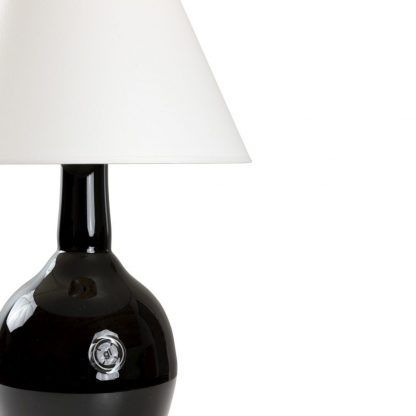 Lampa z czarnym kloszem i białym abażurem do sypialni