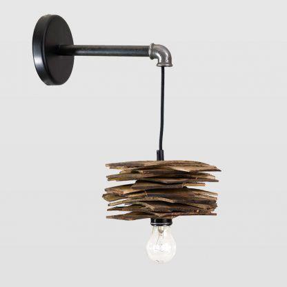 Lampa z czarnym przewodem i drewnianym kloszem