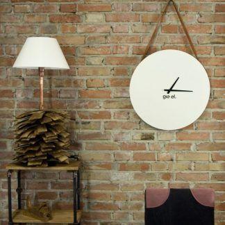 Lampa z drewnianą podstawą na tle lampy ceglanej