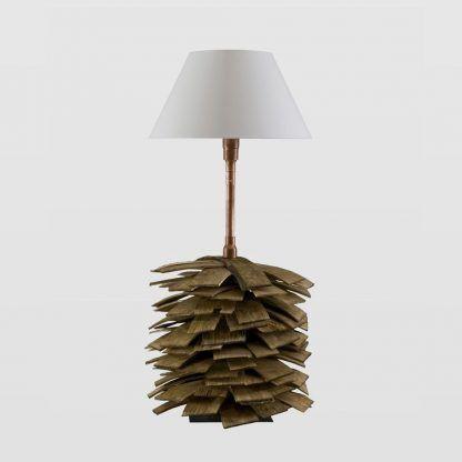 Lampa z drewnianą podstawą z miedzianymi elementami