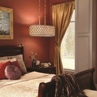 Lampa z kryształowym kloszem w czerwonej sypialni