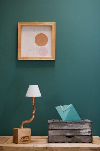 Lampa z miedzianej rurki na drewnianej podstawie do salonu