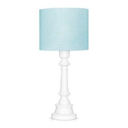 Lampa z niebieskim abażurem i białą podstawą