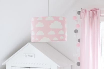 Lampa z różowym abażurem w białe chmury