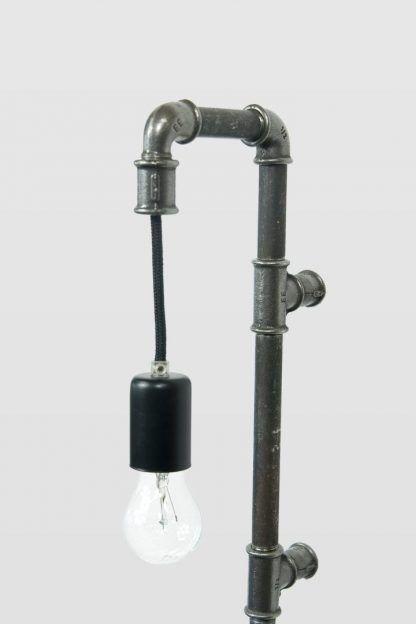 lampa z rur i nypli stalowych jako kinkiet - żarówka edisona