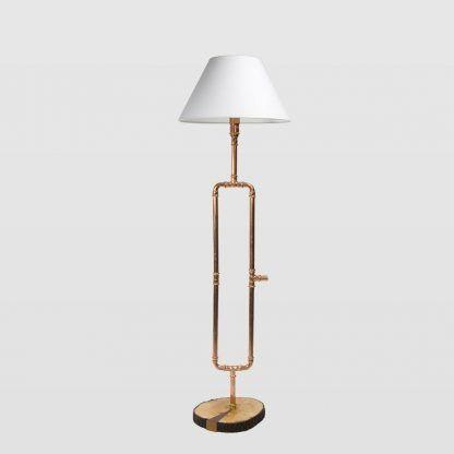 Lampa z rurek drewnianą podstawą i białym abażurem