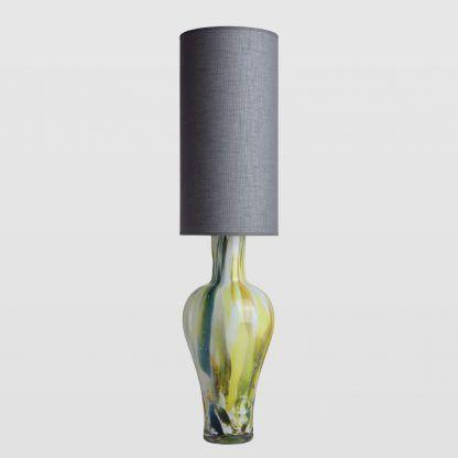 lampa z szarym cienkim abażurem - kolorowe szkło
