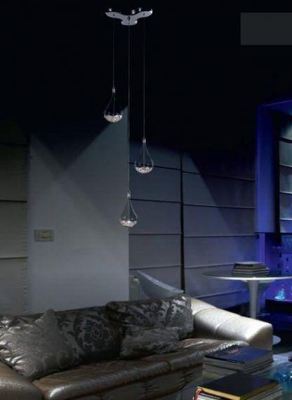 Lampa z trzema kloszami z kryształkami w aranżacji salonu