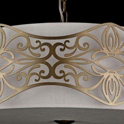 lampa zdobiona złotymi grawerami z abażurem