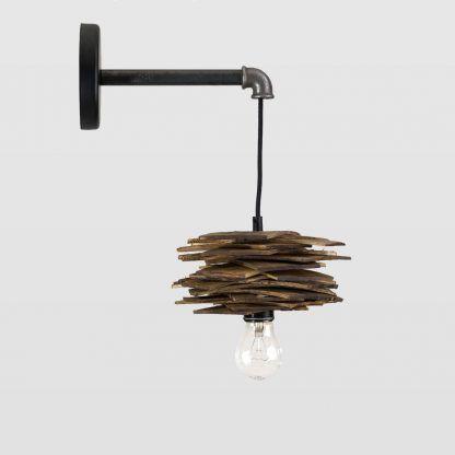 Lampa ze stalową rurką i drewnianym kloszem do salonu