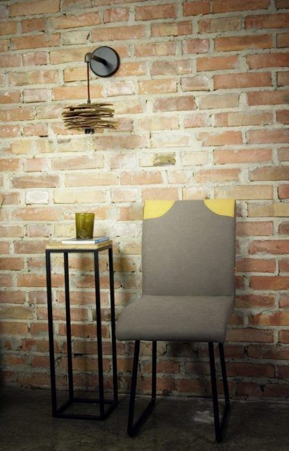 Lampa ze stalową rurką nad stolikiem w przedpokoju
