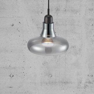 Lampa ze szklanym kloszem na tle betonowej ściany