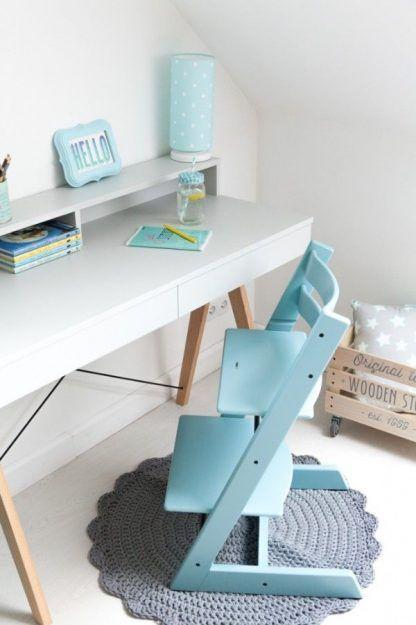 Lampka nocna z niebieskim abażurem na biurku