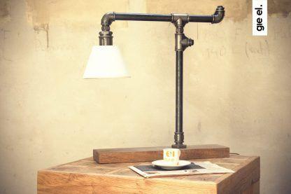 lampka stojąca na drewnianej podstawie - biały klosz