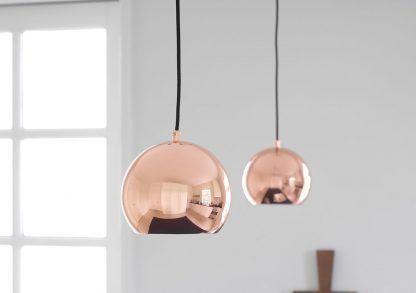lampy miedziane wiszące kule nad stół w salonie scandi