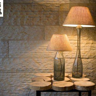 Lampy na drewnianym stole na tle ściany z betonu