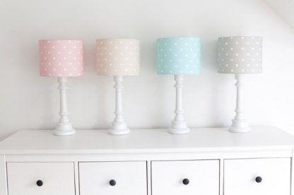 Lampy na komodzie różnokolorowymi abażurami