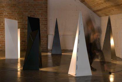 Lampy origami czarne i białe w surowych wnętrzach