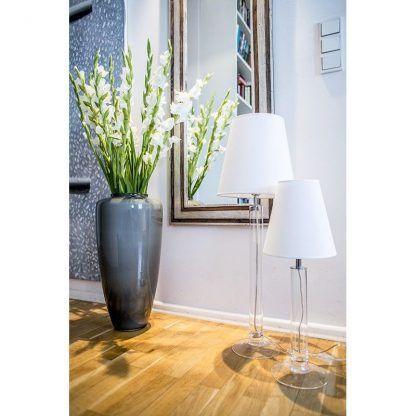 lampy podłogowe obok lustra w salonie z białymi abażurami