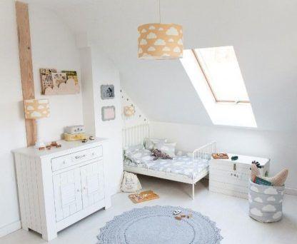 Lampy w musztardowym kolorze w pokoju dziecka