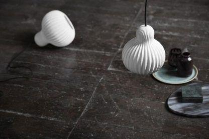 lampy wiszące białe klosze do ciemnej kamiennej podłogi