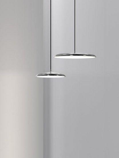 lampy wiszące na czarnym długim kablu