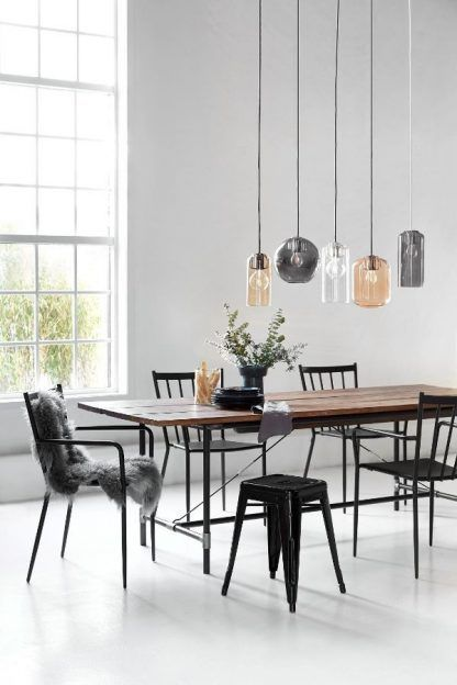 lampy wiszące szklane nad dużym stołem