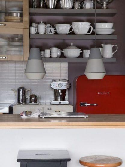 lampy wiszace zamontowane obok siebie w kuchni