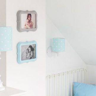 Lampy z miętowymi abażurami w białym pokoju