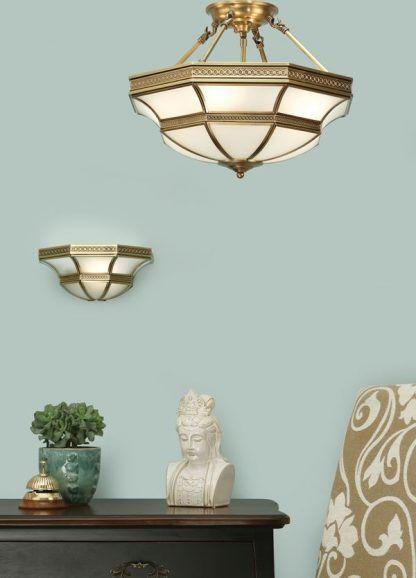 lampy z mlecznego szkła na błękitnej ścianie