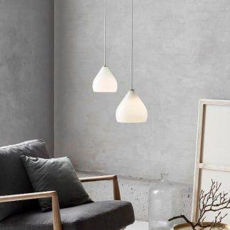Lampy z mlecznymi kloszami w szarej aranżacji wnętrza