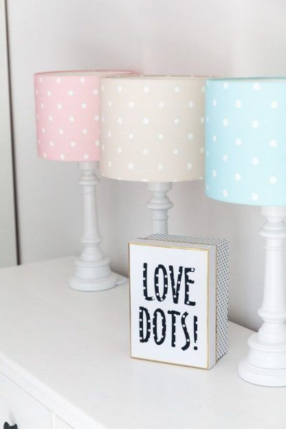 Lampy z różnokolorowymi abażurami na komodzie