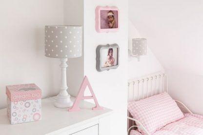 Lampy z szarym abażurem w grochy w sypialni
