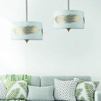 Lampy zdobione liśćmi nad kanapą do salonu
