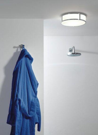 łazienka z plafonem okragłym i prysznicem