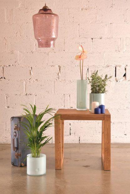 łososiowa lampa wisząca nad drewniany stolik - cegła
