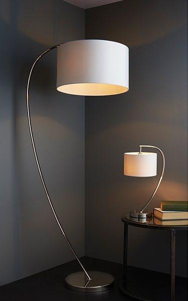 łukowate srebrne lampy z jasnymi abażurami salon