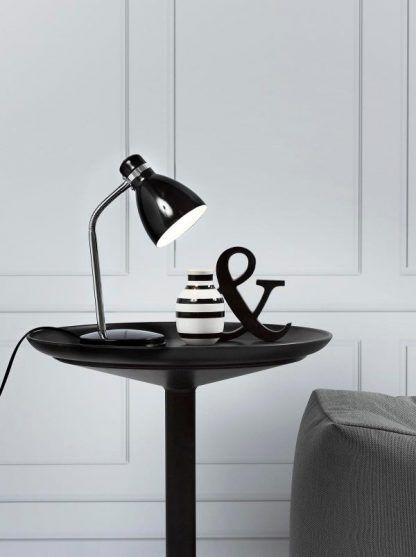 mała nowoczesna lampa biurkowa ze srebrnym zginanym ramieniem
