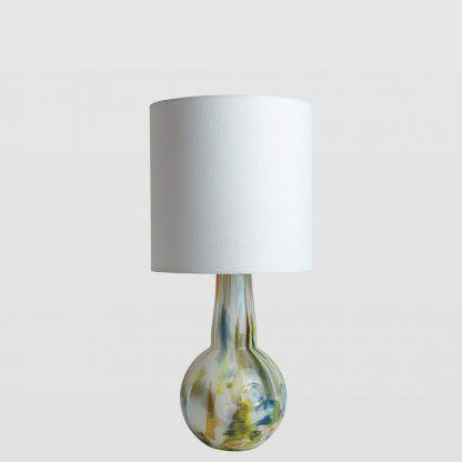 mała szklana w kolorowych barwach lampa stołowa - biały klosz