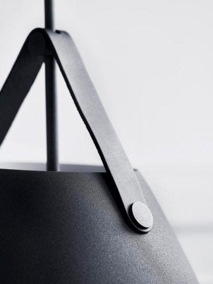 metalowa lampa wisząca na skórzanym pasku
