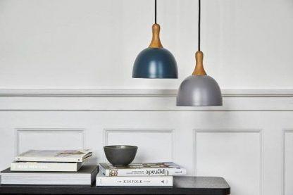 metalowa lampa wisząca z drewnianym detalem