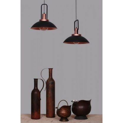 Metalowe czarne lampy wiszące nad stołem