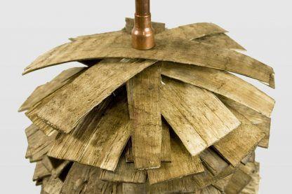 miedź i drewno jako lampa stojąca w salonie