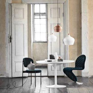 miedziana i biała lampa - drewniana podłoga w salonie