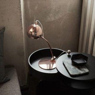 miedziana lampa biurkowa ball - połyskująca na stół