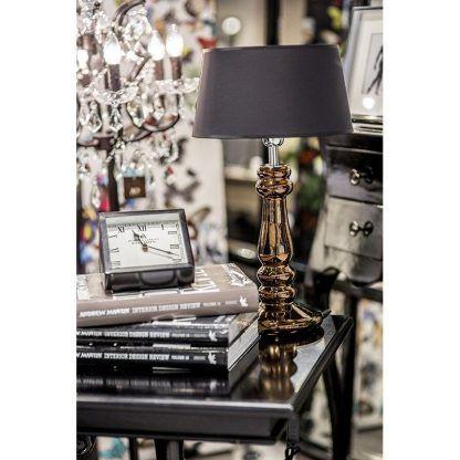 miedziana lampa stołowa do salonu z brązowym abazurem